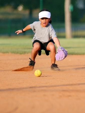 softbol: Niña jugando en un juego de softbol Foto de archivo