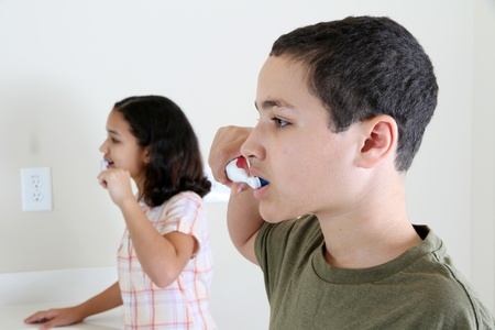 自分の歯をブラッシング鏡を見ている人