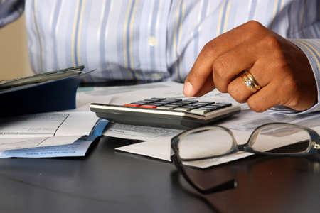 chequera: Mujer sentada en una mesa el pago de facturas