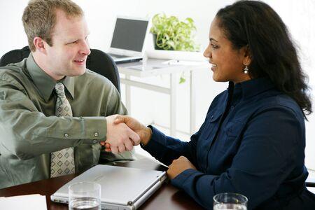 オフィスでの握手 写真素材 - 13294008
