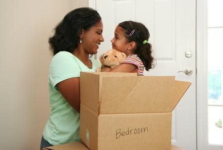 Familia mudarse a una casa nueva Foto de archivo - 13302186