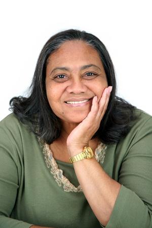 Minority vrouw tegen een witte achtergrond