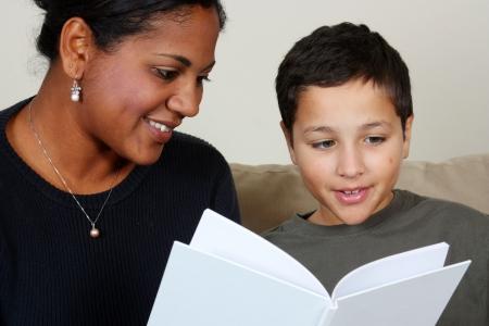 tutor: Maestro y alumno en un aula en la escuela