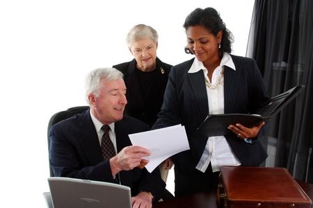 autoridad: Equipo de negocios trabajando juntos en su oficina