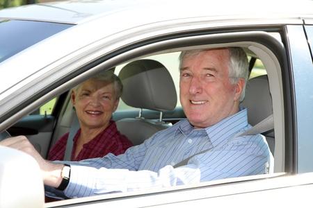 hombre manejando: Pareja de la tercera edad sentado en su coche