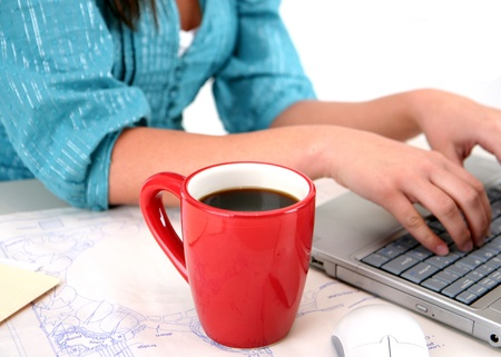 madre trabajando: Joven mujer sentada sobre fondo blanco