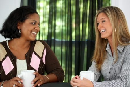 two people talking: Dos amigos sentados juntos en una mesa