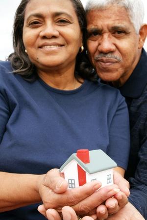 jubilados: Familia unida frente a su casa