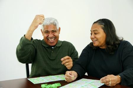 bingo: La gente que juega al bingo con fichas y cartas Foto de archivo