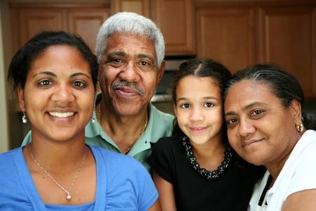 minor�a: Minor�a de la familia de pie en su cocina