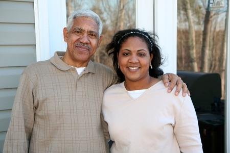 abuelo: Minor�a de la familia de pie frente a su casa nueva