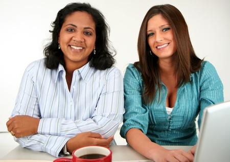Dos mujeres en el equipo Foto de archivo - 13410549