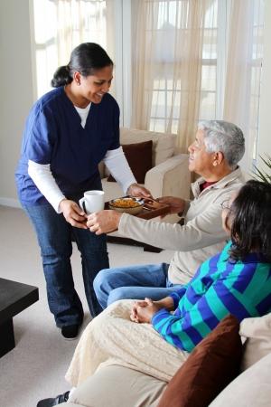 haushaltshilfe: Hauspflege Arbeiter und ein �lteres Ehepaar Lizenzfreie Bilder