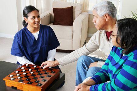 haushaltshilfe: Hauspflege Arbeiter und ein �lteres Ehepaar Rollenspiel