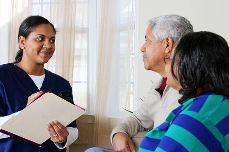 haushaltshilfe: Home Health Care Worker und ein �lteres Ehepaar Lizenzfreie Bilder