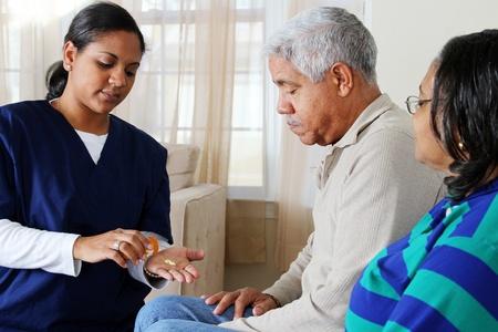 Salud en el hogar de cuidado de los trabajadores y una pareja de ancianos Foto de archivo - 13398886
