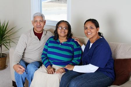 aide a domicile: Travailleur de soins � domicile et un couple de personnes �g�es