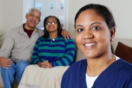 ホームの医療従事者や高齢者のカップル