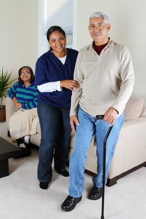 ancianos caminando: Salud en el hogar de cuidado de los trabajadores y una pareja de ancianos