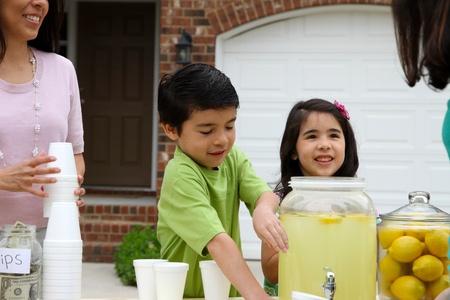 limonada: Los niños venden limonada en frente de su casa Foto de archivo