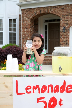 Kinderen verkopen limonade in de voorkant van hun huis Stockfoto