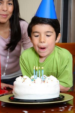 blow out: Group gode di una festa di compleanno per bambini
