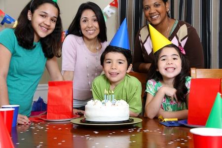 fiesta familiar: Grupo de disfrutar de una fiesta de cumplea�os para ni�os Foto de archivo