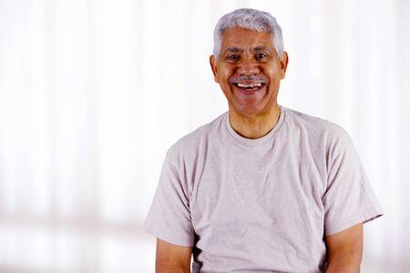Senior business man die in zijn kantoor Stockfoto