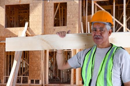 the job site: Senior costruzione lavoratore minoranza sul posto di lavoro Archivio Fotografico