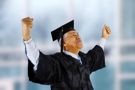 graduacion de universidad: De la tercera edad que se ha graduado de la escuela Foto de archivo