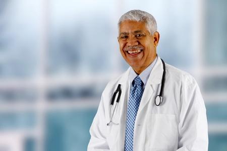 bata de laboratorio: Minorías principal médico que trabaja en el hospital Foto de archivo