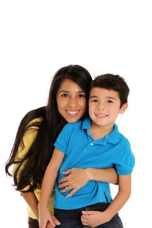 madre e hijo: mujer y el hijo conjunto sobre un fondo blanco