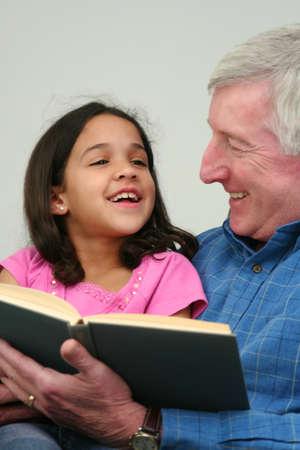 祖父は孫娘に本を読んで