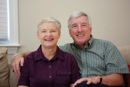 Senior paar bij elkaar zitten in hun huis