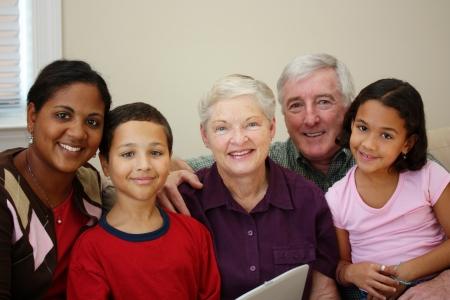 自宅で家族と一緒に祖父母