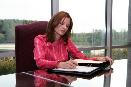 Empresaria de trabajo por escrito una propuesta en una sala de reuniones
