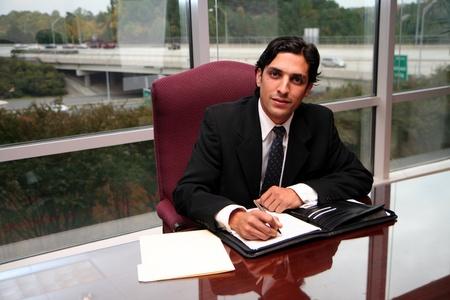 De negocios que trabaja en una oficina vestido con un traje