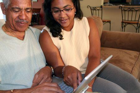 senior ordinateur: P�re et fille sur l'ordinateur