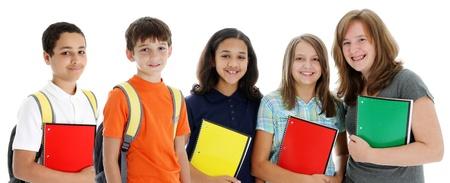 Student kinderen in kleurrijke overhemden tegen een witte achtergrond