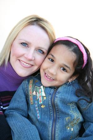 familias jovenes: Una madre con su hija sobre un fondo blanco