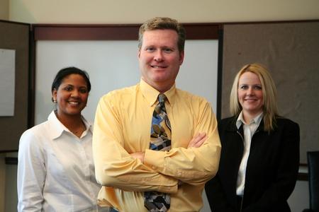 ダウンタウンのビジネス オフィスで働くビジネス チーム 写真素材