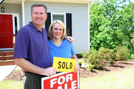 real estate sold: Pareja venta de su casa Foto de archivo