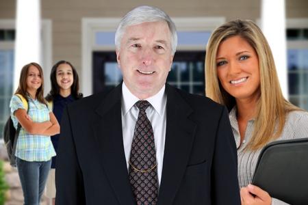 Principal met de leerkracht en leerlingen op school Stockfoto