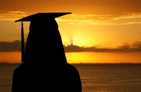 graduacion: Graduaci�n de una adolescente mirando la puesta del sol Foto de archivo