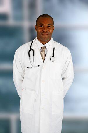 minor�a: Minor�as negro m�dico que trabaja en el hospital Foto de archivo