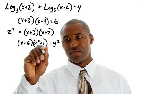minor�a: Profesor de matem�ticas haciendo un problema de matem�ticas con el marcador negro Foto de archivo