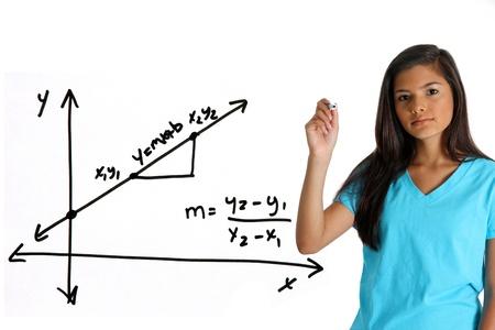黒のマーカーで数学の問題をやっての十代の少女 写真素材 - 13459708