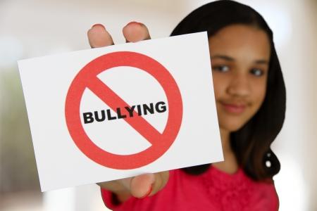 conflictos sociales: La muchacha adolescente con una tarjeta que dice que no hay acoso escolar Foto de archivo