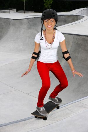 Chica skate libre en un d�a agradable photo