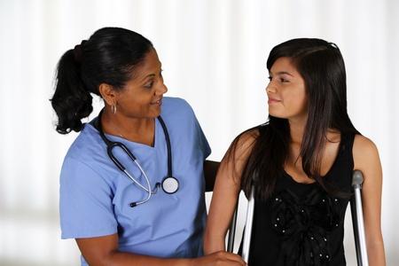 physical exam: Infermiera con un paziente in ospedale